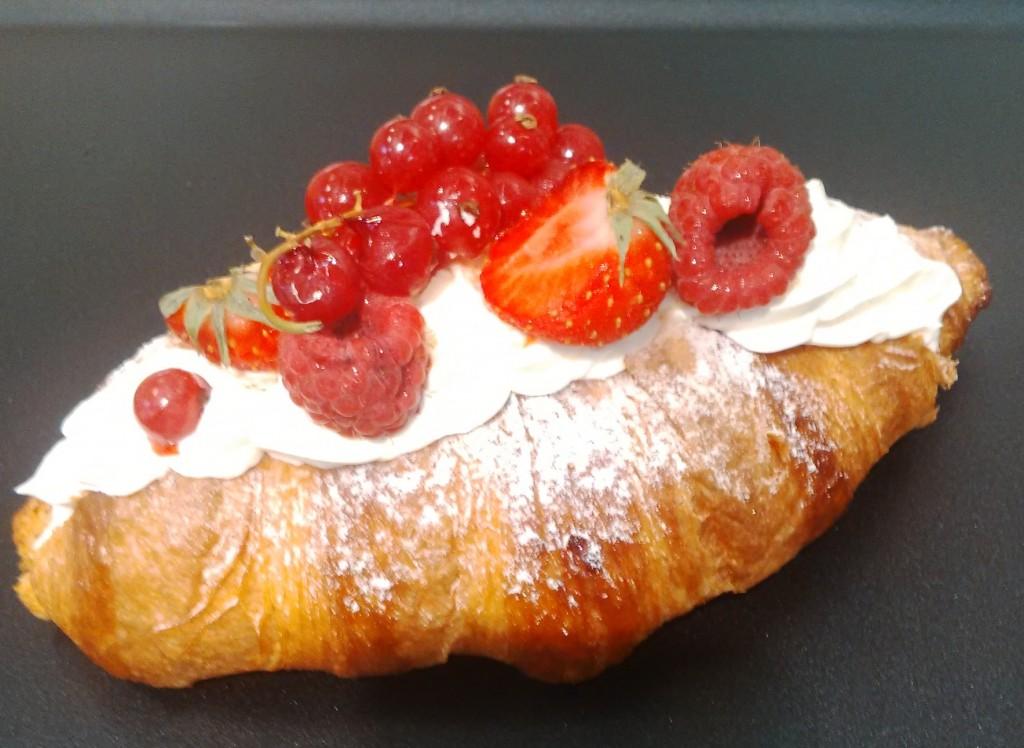 croissant cremă de vanilie și un strat de frișcă + fructe roșii