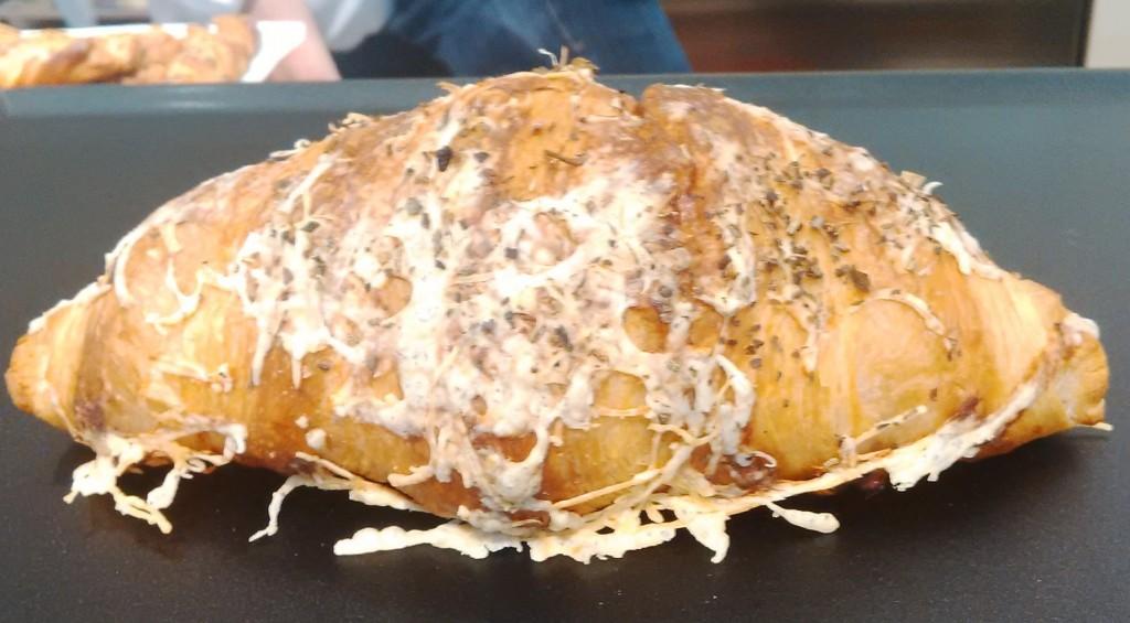 croissant cu brânză și ierburi mediteraneene