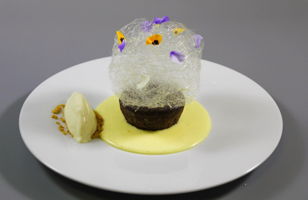 Lava cake cu creme anglaise si inghetata de vanilie (1)