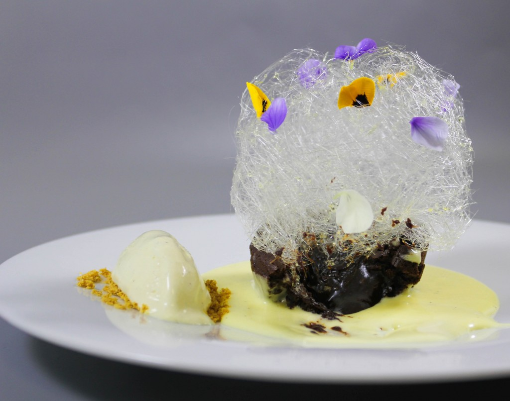 Lava cake cu creme anglaise si inghetata de vanilie (3)