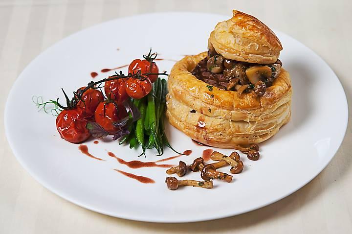 Medalion de vita in foietaj si sos brun cu ciuperci (2)